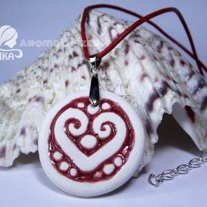 RIKA AromaÉkszer - Piros-fehér szív motívumos kör alakú medál piros hengerelt bőr nyakláncon