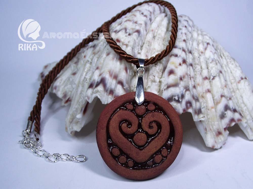 RIKA AromaÉkszer - Vörös-barna szív motívumos kör alakú medál barna hasított bőr nyakláncon