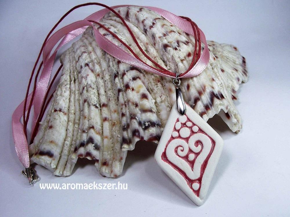 Romantikus hangulatban... RIKA Aroma nyaklánc szív motívumos, rombusz medállal