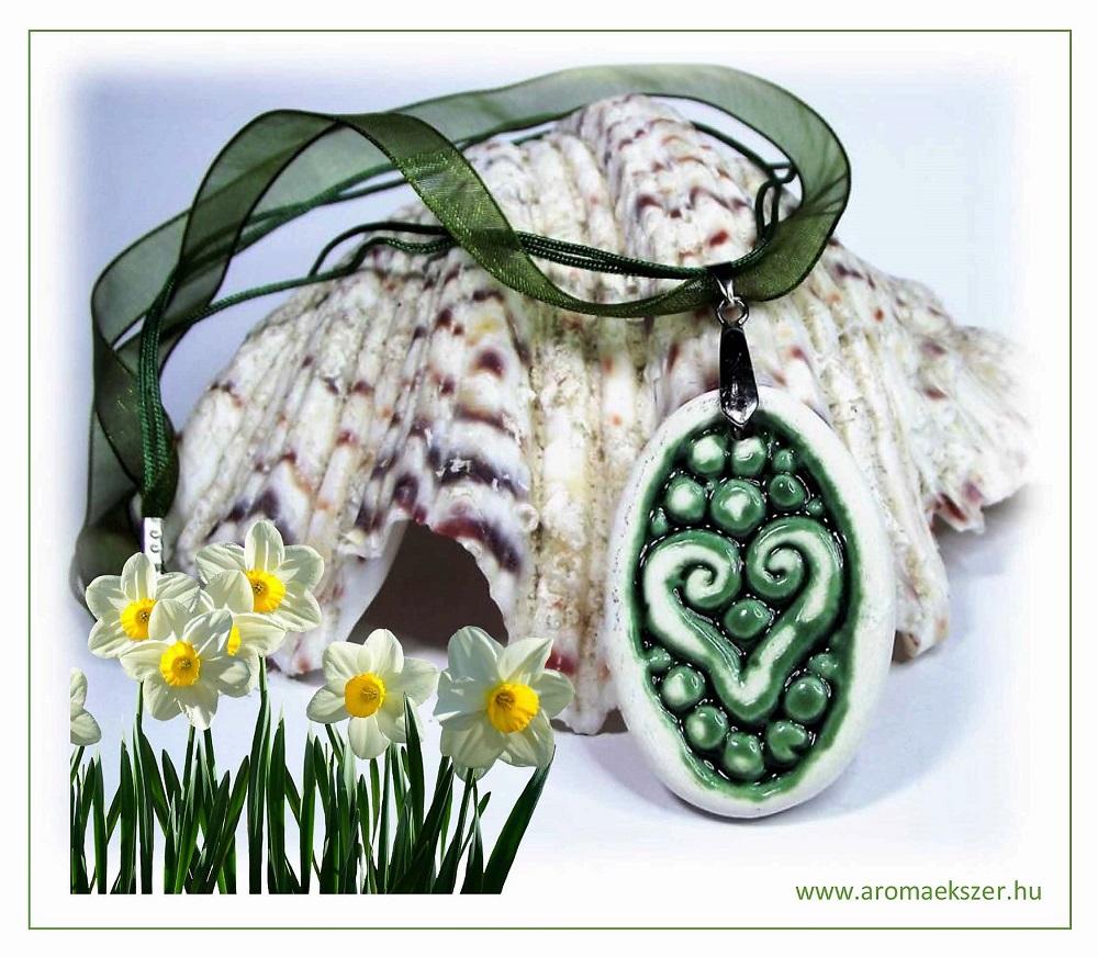 Tavaszra várva... - RIKA Aroma nyaklánc szív motívumos, ovális medállal