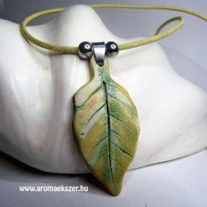 Őszi leveles aromamedál bőr nyakláncon