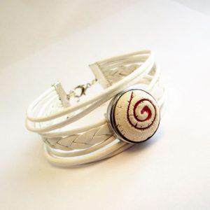 Fehér bőr fonatos többsoros karkötő - piros spirál mintás aroma patenttal