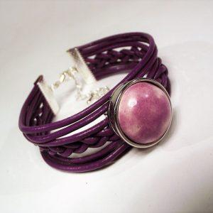 Lila bőr fonatos karkötő különleges lila mázas patenttal- www.aromaekszer.hu