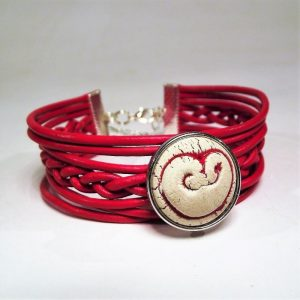Piros hengerelt bőr fonatos karkötő szív motívumos aroma patenttal - www.aromaekszer.hu