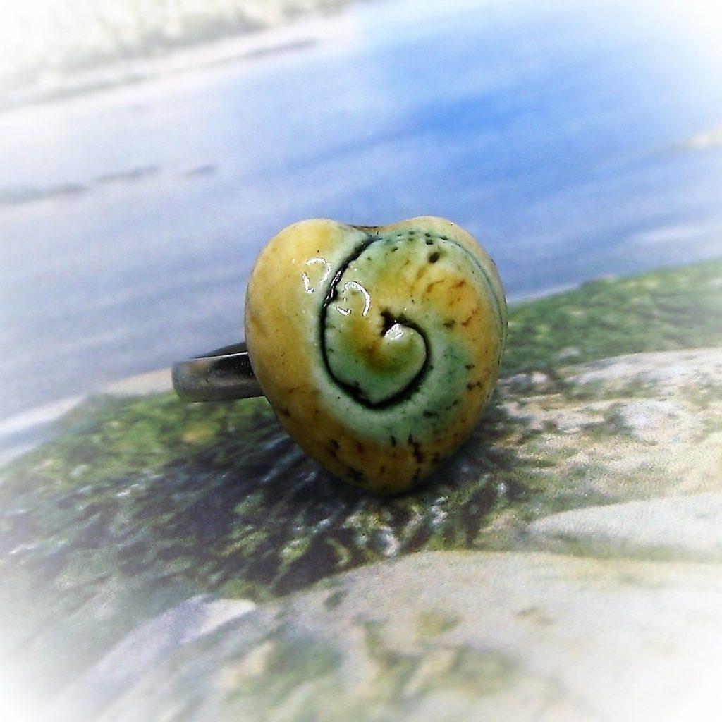 Zöld-sárga-mázas-szív-alakú-spirálmintás-kerámia-gyűrű