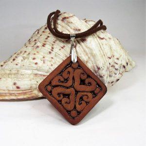 RIKA AromaÉkszer - Nyaklánc vörös-barna, szív motívumos, illatosítható négyzet alakú kerámia medállal