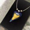 Tricolor - Nemesacél nyaklánc kék-zöld-sárga szív motívumos aromamedállal díszdobozban - www.aromaekszer.hu