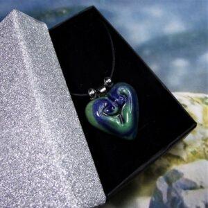Nyaklánc kék-zöld szív alakú kerámia medállal - www.aromaekszer.hu