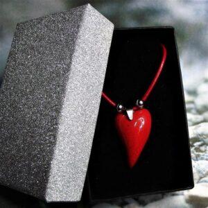 Csábító piros - Nemesacél nyaklánc kis szív alakú kerámia medállal elegáns díszdobozban - www.aromaekszer.hu
