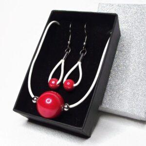 Piros és fehér - Kerámia-bőr-nemesacél nyaklánc és fülbevaló szett elegáns díszdobozban - www.aromaekszer.hu