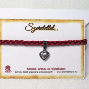 Szív ... Fonatos piros szaténzsinóros karkötő szív alakú medállal - www.aromaekszer.hu