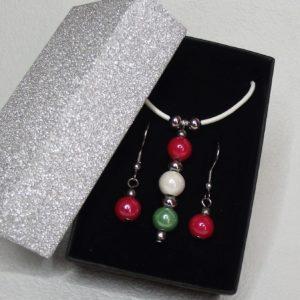 TRICOLOR hengereltbőr nyaklánc és fülbevaló szett piros-fehér-zöld kerámia gyöngyökkel elegáns díszdobozban- www.aromaekszer.hu