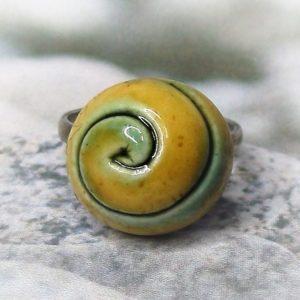 Zöld-sárga spirálmintás kerámia gyűrű - www.aromaekszer.hu