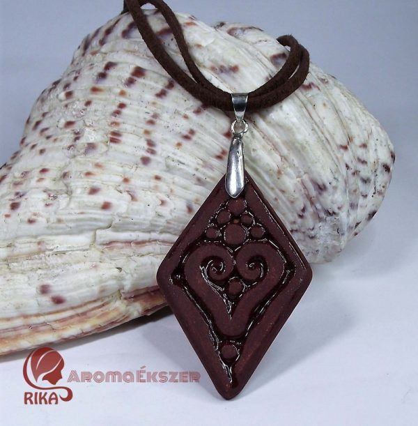 RIKA AromaÉkszer – Vörös szív motívumos rombusz alakú medál hasított bőr nyakláncon