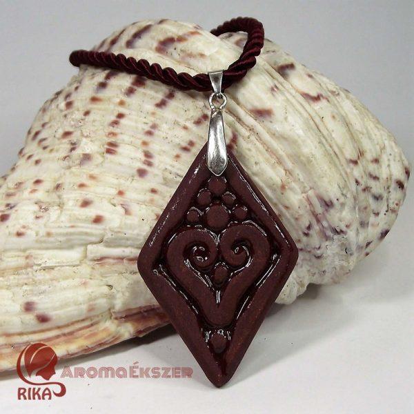 RIKA AromaÉkszer - Vörös szív motívumos rombusz alakú medál sodrott selyemzsinóros nyakláncon