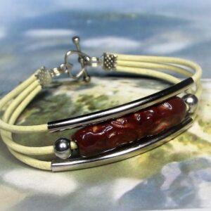 Háromsoros bézs bőr karkötő vörös-barna kerámiagyönggyel - www.aromaekszer.hu