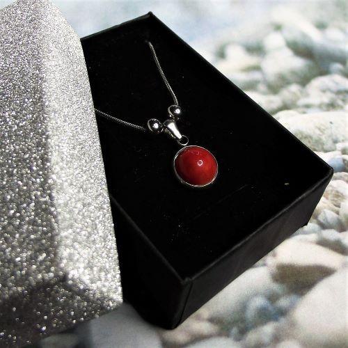 Elegant kollekció - Nemesacél kígyónyaklánc piros kerámia medállal elegáns díszdobozban - www.aromaekszer.hu