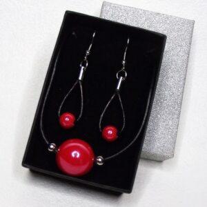 Piros és fekete - Kerámia-bőr-nemesacél nyaklánc és fülbevaló szett elegáns díszdobozban - www.aromaekszer.hu