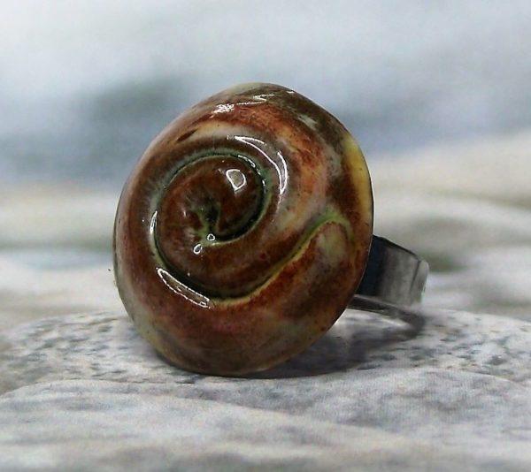 Sárgás-barna mázas spirál mintás kerámia gyűrű - www.aromaekszer.hu