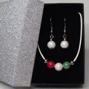 TRICOLOR hengereltbőr nyaklánc és fülbevaló szett piros-fehér-zöld kerámia gyöngyökkel elegáns díszdobozban www.aromaekszer.hu