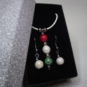 TRICOLOR hengereltbőr nyaklánc és fülbevaló szett piros-fehér-zöld kerámia gyöngyökkel elegáns díszdobozban - www.aromaekszer.hu