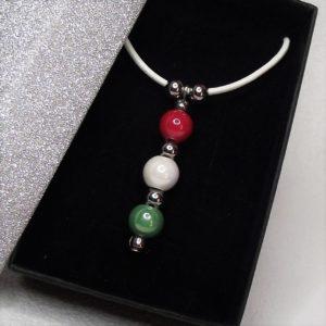 TRICOLOR hengereltbőr nyaklánc piros-fehér-zöld kerámia gyöngyökkel elegáns díszdobozban - www.aromaekszer.hu